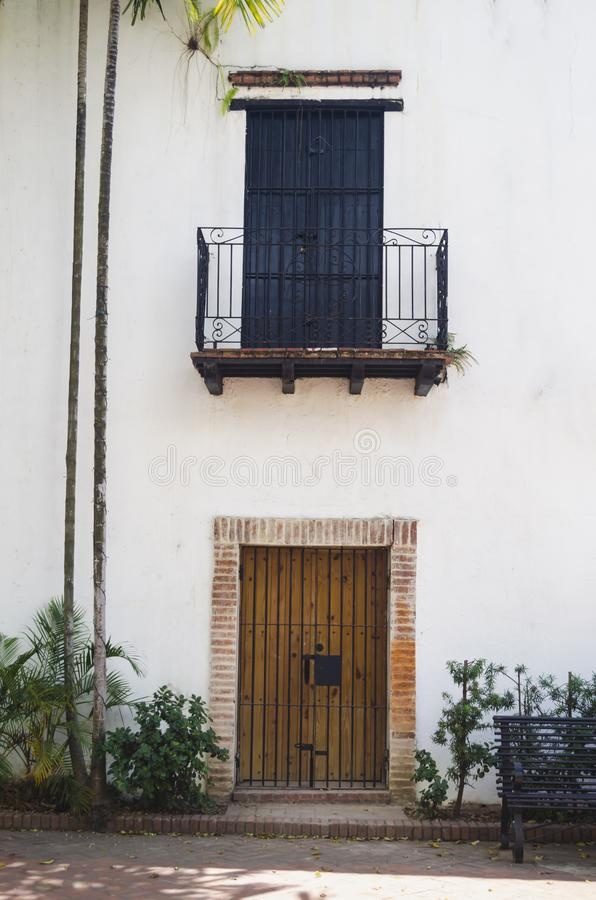 殖民地阳台的图象有黑被炼的铁和瓦片的 图库摄影