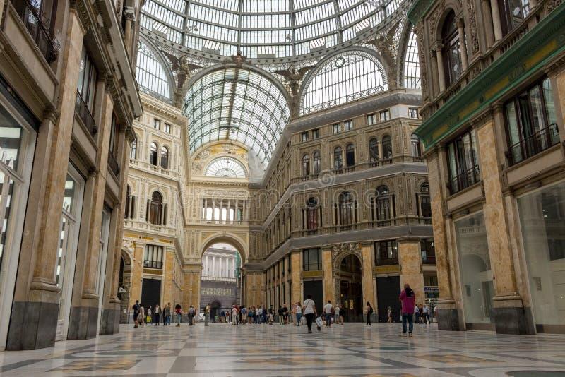 段落内部在那不勒斯,意大利 购物画廊在拿坡里 旅行和购物概念 免版税库存图片