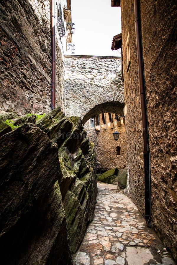 段落在Czocha城堡的桥梁下在波兰 免版税库存图片