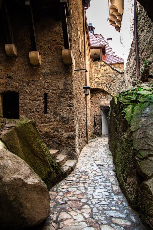 段落在Czocha城堡的桥梁下在波兰 库存图片