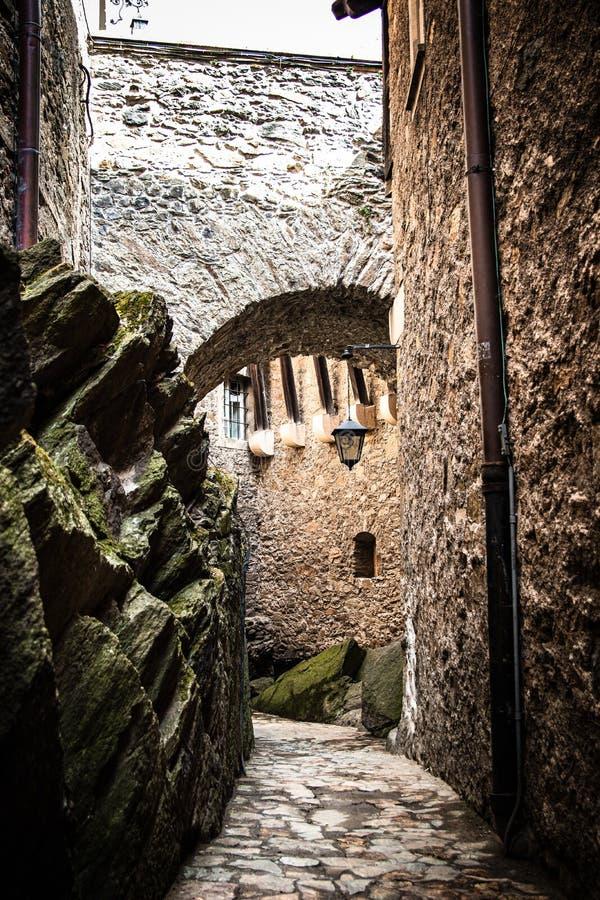 段落在Czocha城堡的桥梁下在波兰 免版税图库摄影