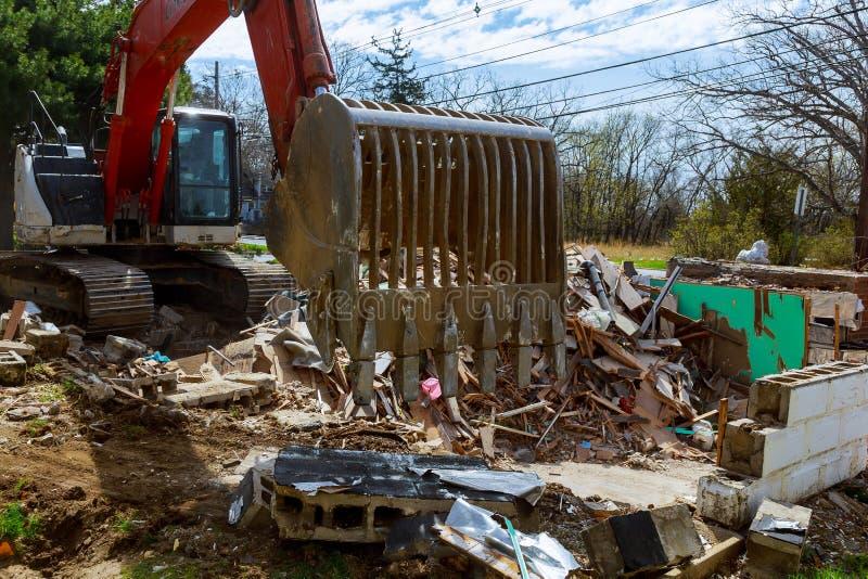 毁坏房子 在房子墙壁的镇压  老房子的破坏,地震,经济危机,被放弃的房子 经纪 免版税库存图片