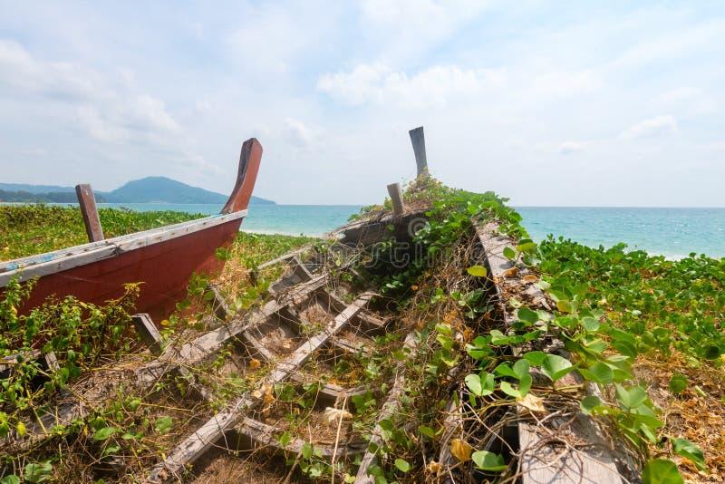 击毁老被放弃的木小船 库存照片