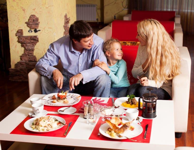 母亲、父亲和儿童吃 免版税图库摄影