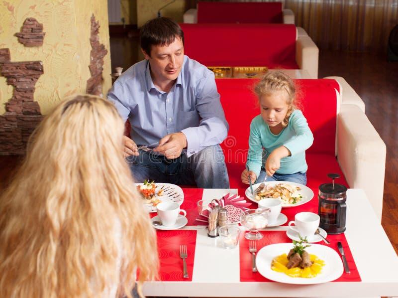 母亲、父亲和孩子咖啡馆的 库存图片