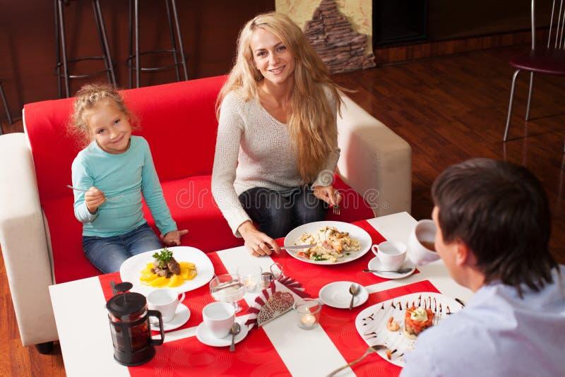 母亲、父亲和孩子咖啡馆的 图库摄影