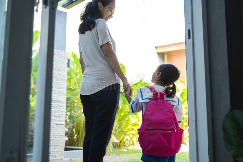 母亲一点女儿的藏品手有背包的 库存图片