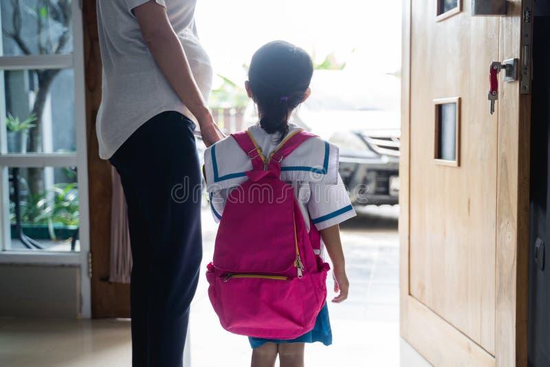 母亲一点女儿的藏品手有背包的 图库摄影