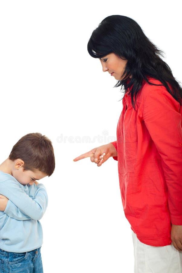 母亲争论她的儿子 库存图片