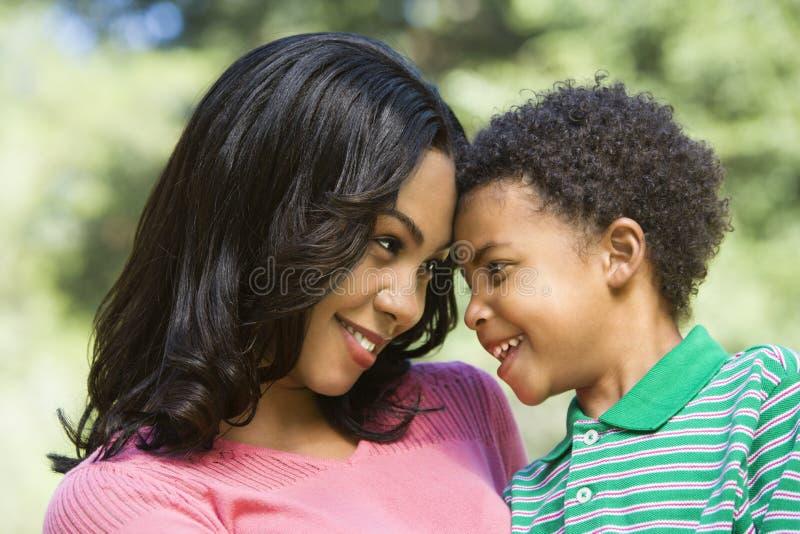 母亲儿子年轻人 库存图片