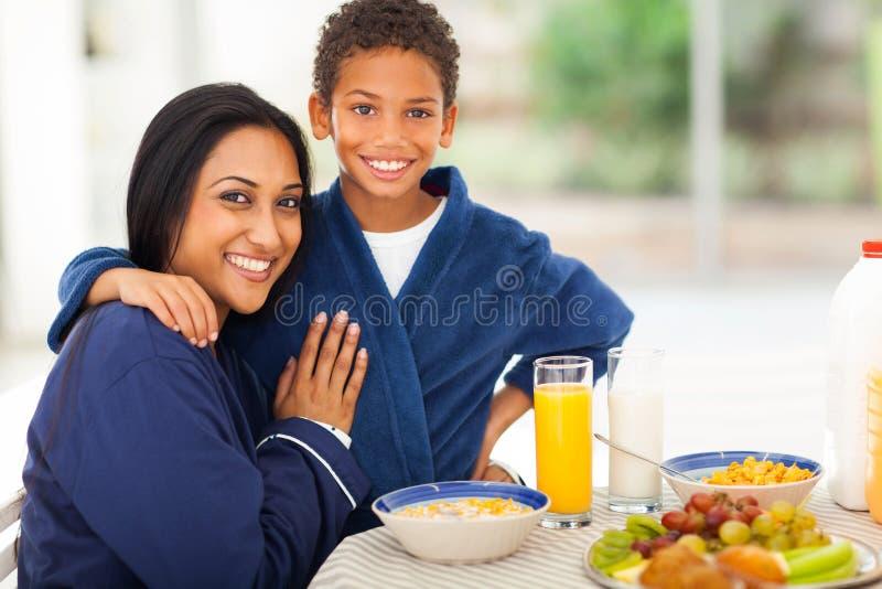 母亲儿子早餐 库存照片
