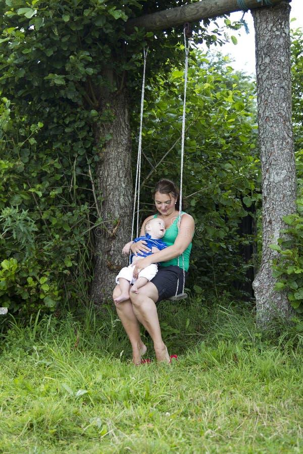 母亲儿子swingchair 免版税图库摄影