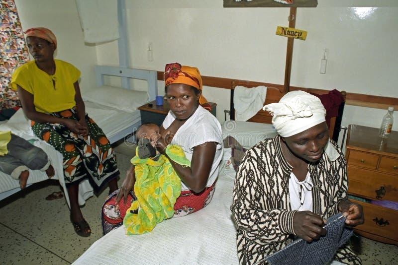 母亲关心在肯尼亚医院 免版税库存图片