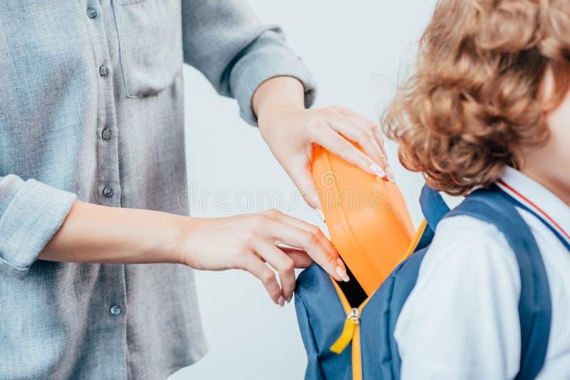 母亲包装学校午餐播种的射击  免版税图库摄影