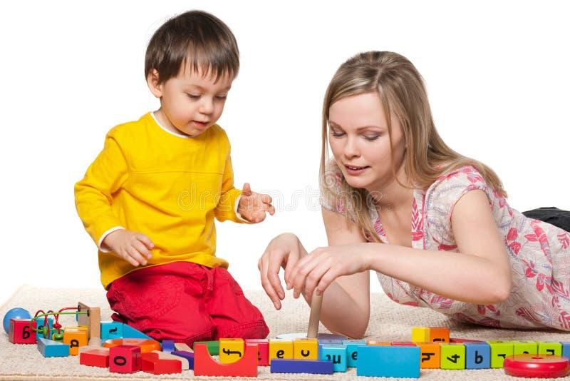 母亲和一点儿子戏剧与块 免版税库存照片