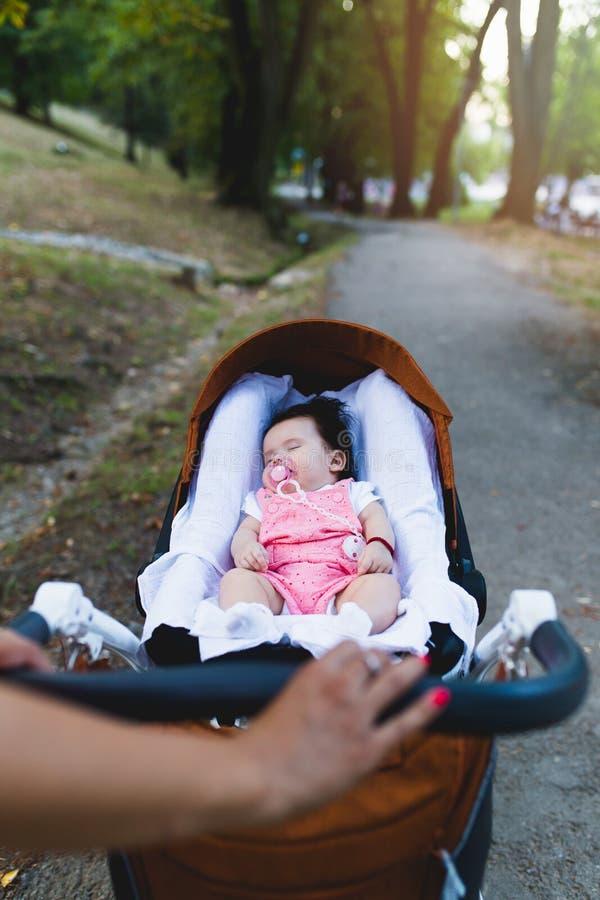 母亲和享用的女婴户外 库存照片