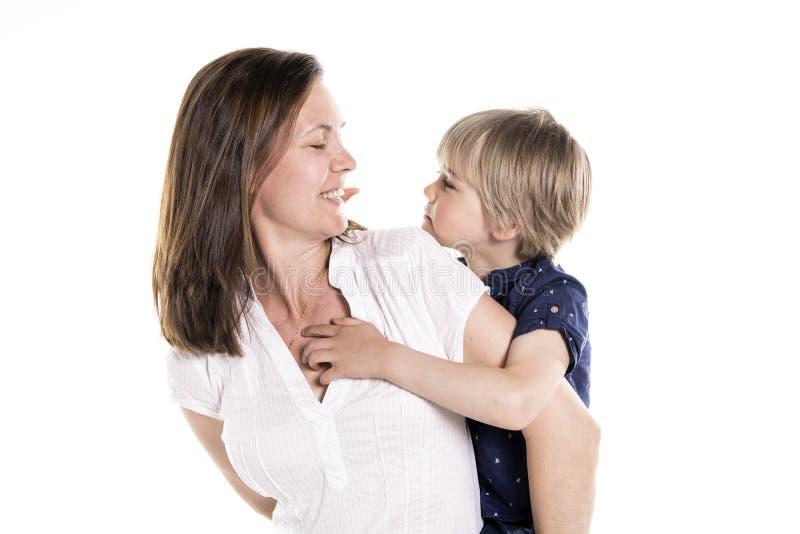 母亲和他的五年在白色一起隔绝的白肤金发的儿子 库存照片