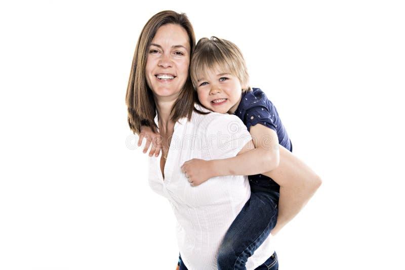 母亲和他的五年在白色一起隔绝的白肤金发的儿子 免版税库存照片