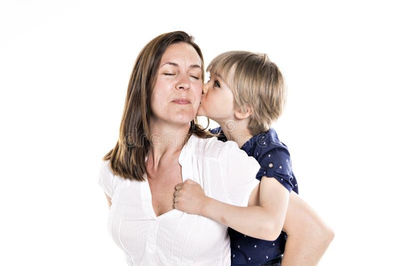 母亲和他的五年在白色一起隔绝的白肤金发的儿子 免版税库存图片