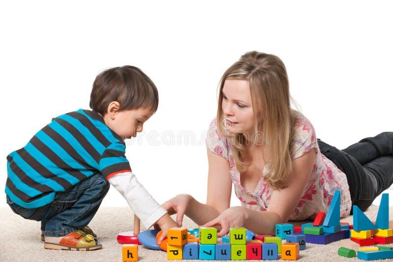 母亲和儿子使用与块 免版税图库摄影