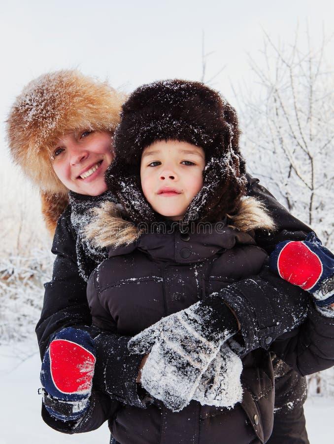 母亲和儿子冬天纵向  免版税库存图片