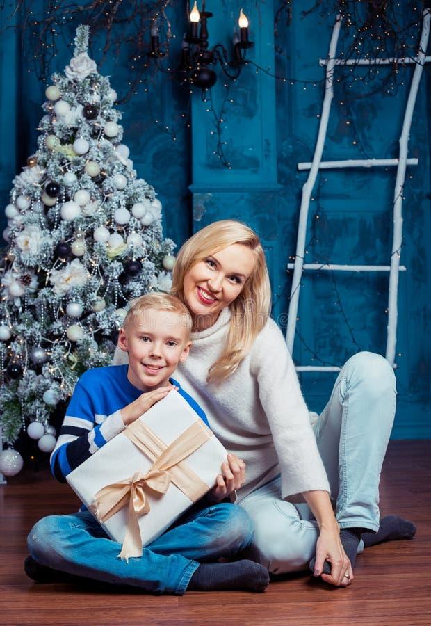 Download 母亲和儿子圣诞节的 库存图片. 图片 包括有 有吸引力的, 女性, 内部, 幸福, 男朋友, 受影响, 前夕 - 104656979