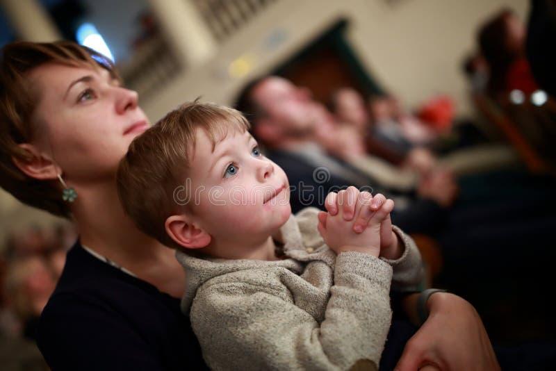 母亲和儿子在剧院 免版税库存图片