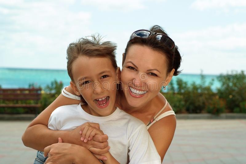母亲和儿子在夏天 库存照片