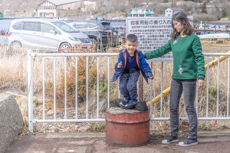 母亲和儿子在Ashi湖附近使用在箱根,日本 库存照片