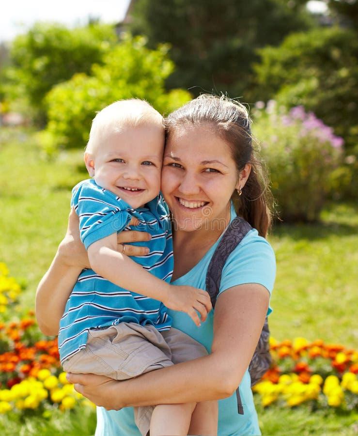 Download 母亲和儿子春天画象在母亲节 库存图片. 图片 包括有 人力, 查找, 妈咪, 户外, 英俊, 逗人喜爱, 男朋友 - 30332659