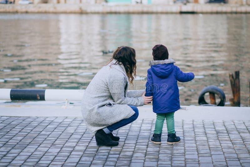 母亲和儿子有步行在船坞 免版税库存照片