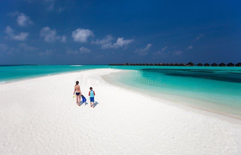 母亲和儿子热带海滩的 免版税库存照片