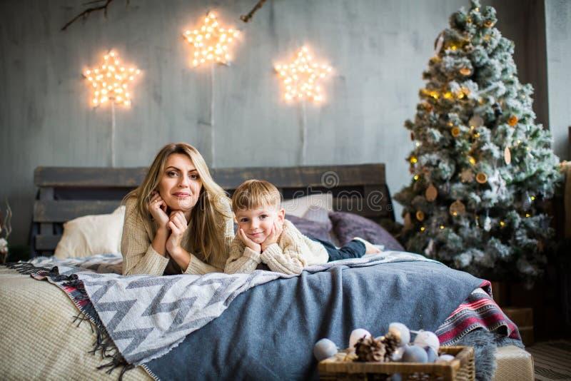 母亲和儿子画象新年` s背景的 免版税库存图片