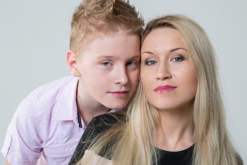 母亲和儿子的特写镜头画象 免版税库存照片