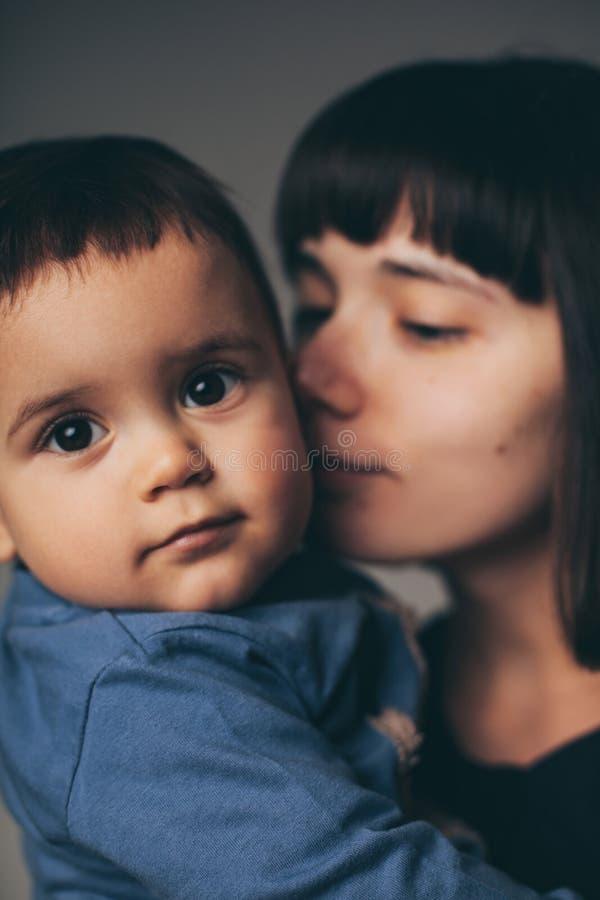 母亲和儿子系列纵向 免版税图库摄影