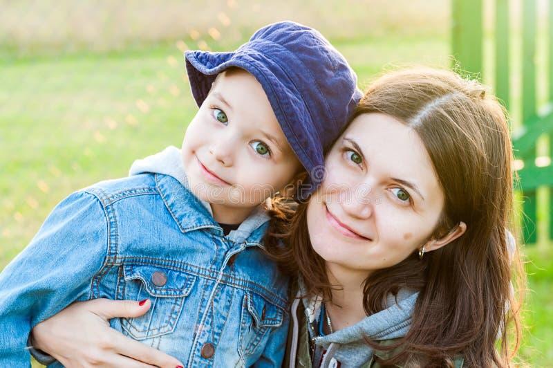 母亲和儿子纵向 免版税图库摄影