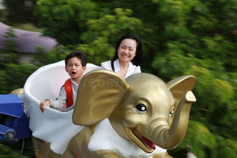 母亲和儿子过山车的 免版税库存图片