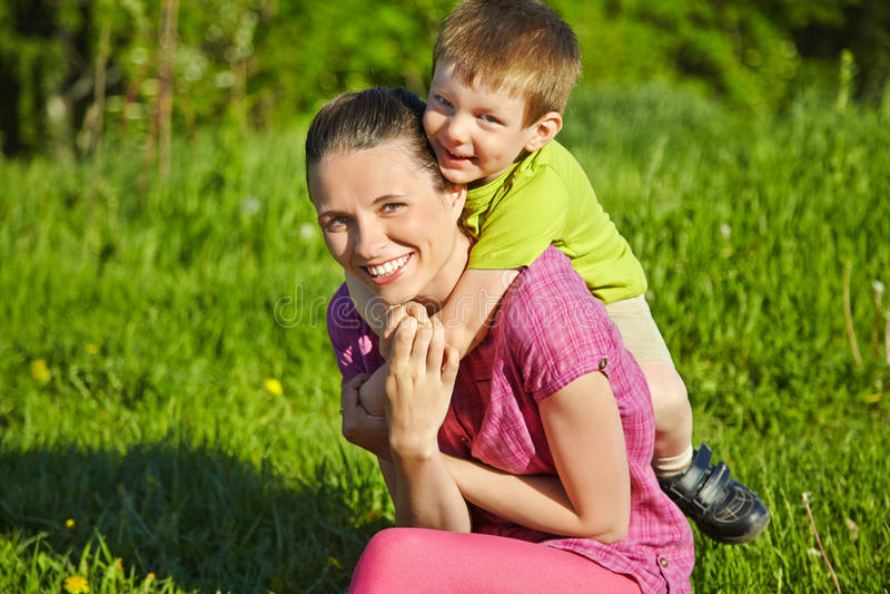 母亲和儿子画象  库存照片