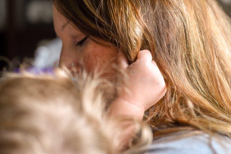 母亲和儿童偎依 库存照片