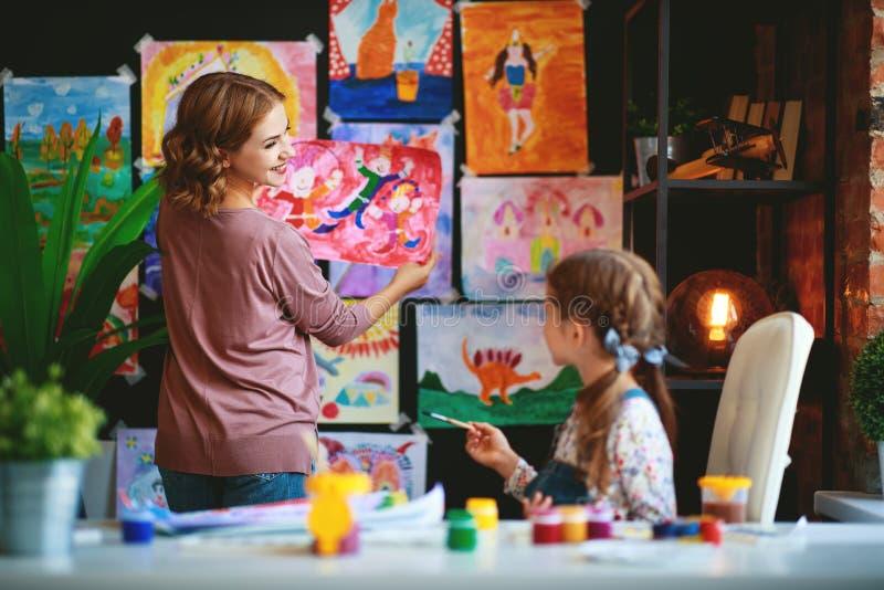母亲和儿童女儿绘画在创造性画在幼儿园 免版税图库摄影