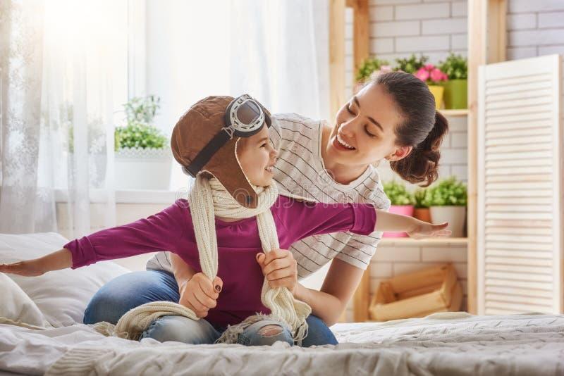 母亲和儿童女孩使用 免版税图库摄影
