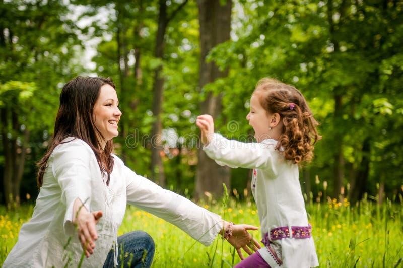 母亲和儿童愉快的时间 免版税库存照片
