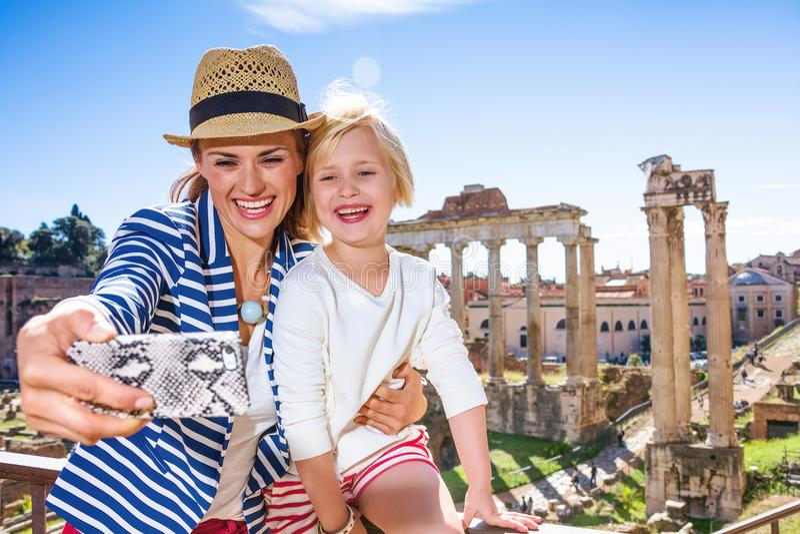 母亲和儿童游人在采取与电话的罗马selfie 免版税库存图片