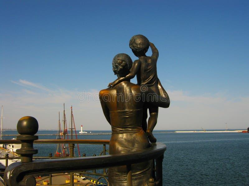 母亲和儿童等待的父亲水手的纪念碑傲德萨的古老建筑学  图库摄影