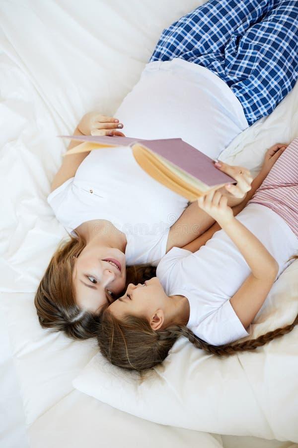 母亲和儿童读书故事 图库摄影