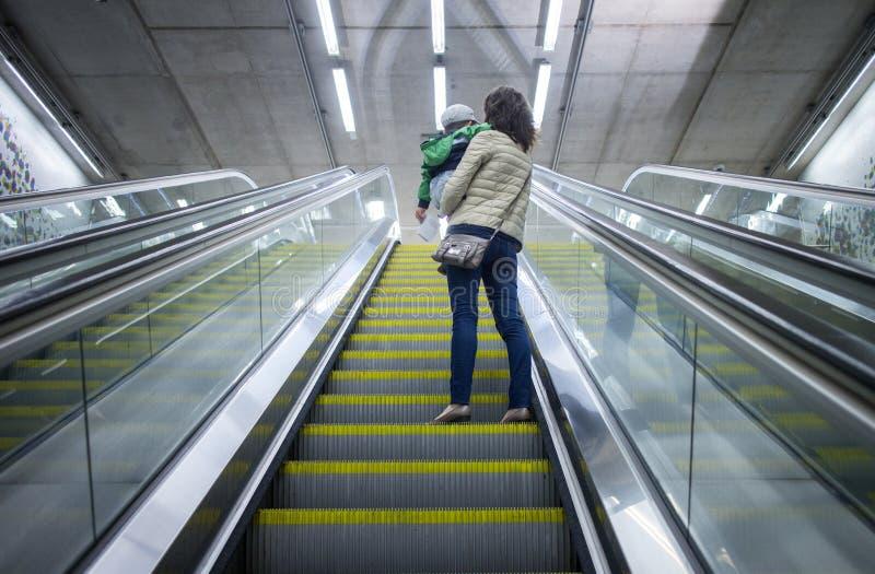 母亲和儿童离开地铁站 库存照片