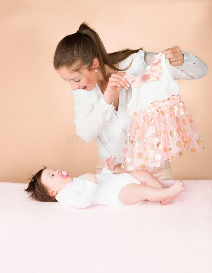 母亲和六个月女婴 免版税库存照片