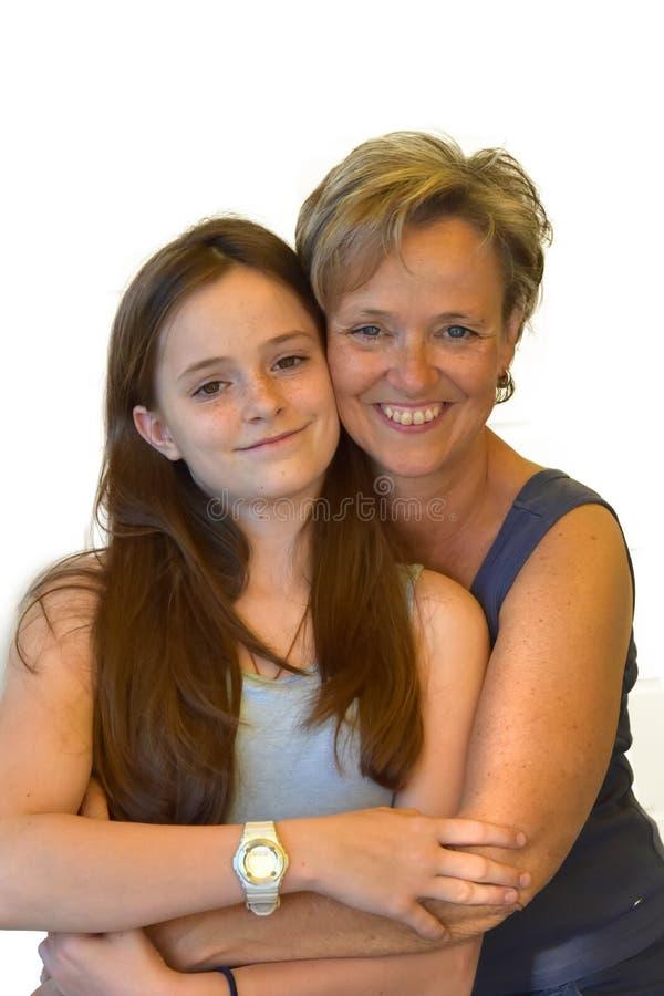 母亲和十几岁的女儿,最好的朋友 免版税库存照片