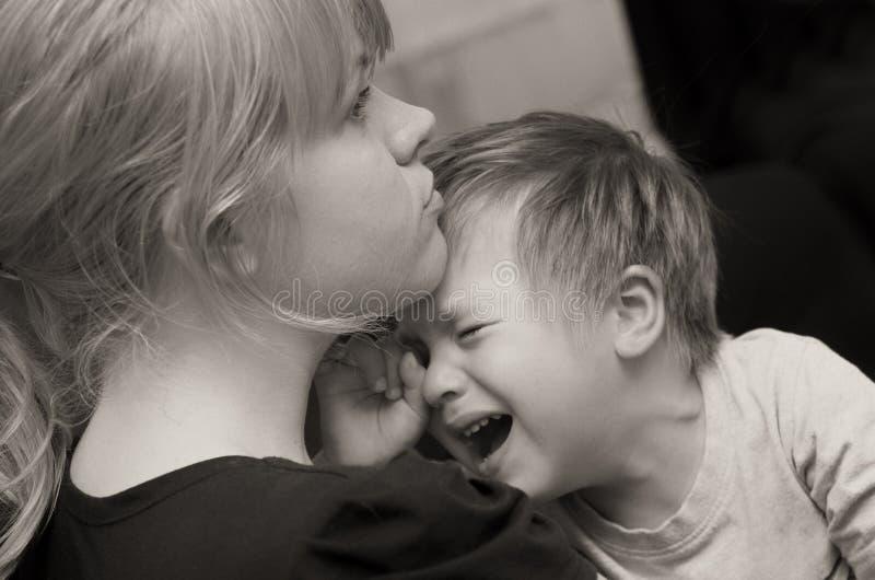 母亲和哭泣子项 图库摄影