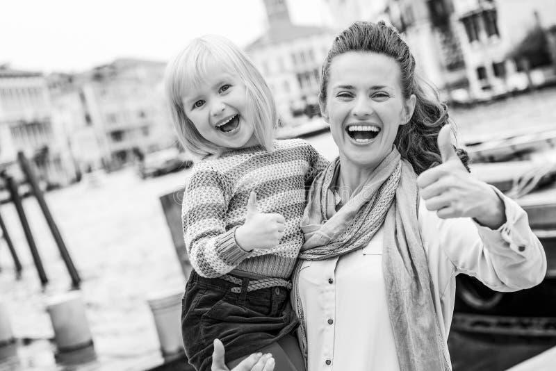 母亲和在堤防的女婴身分在威尼斯,ita 库存图片